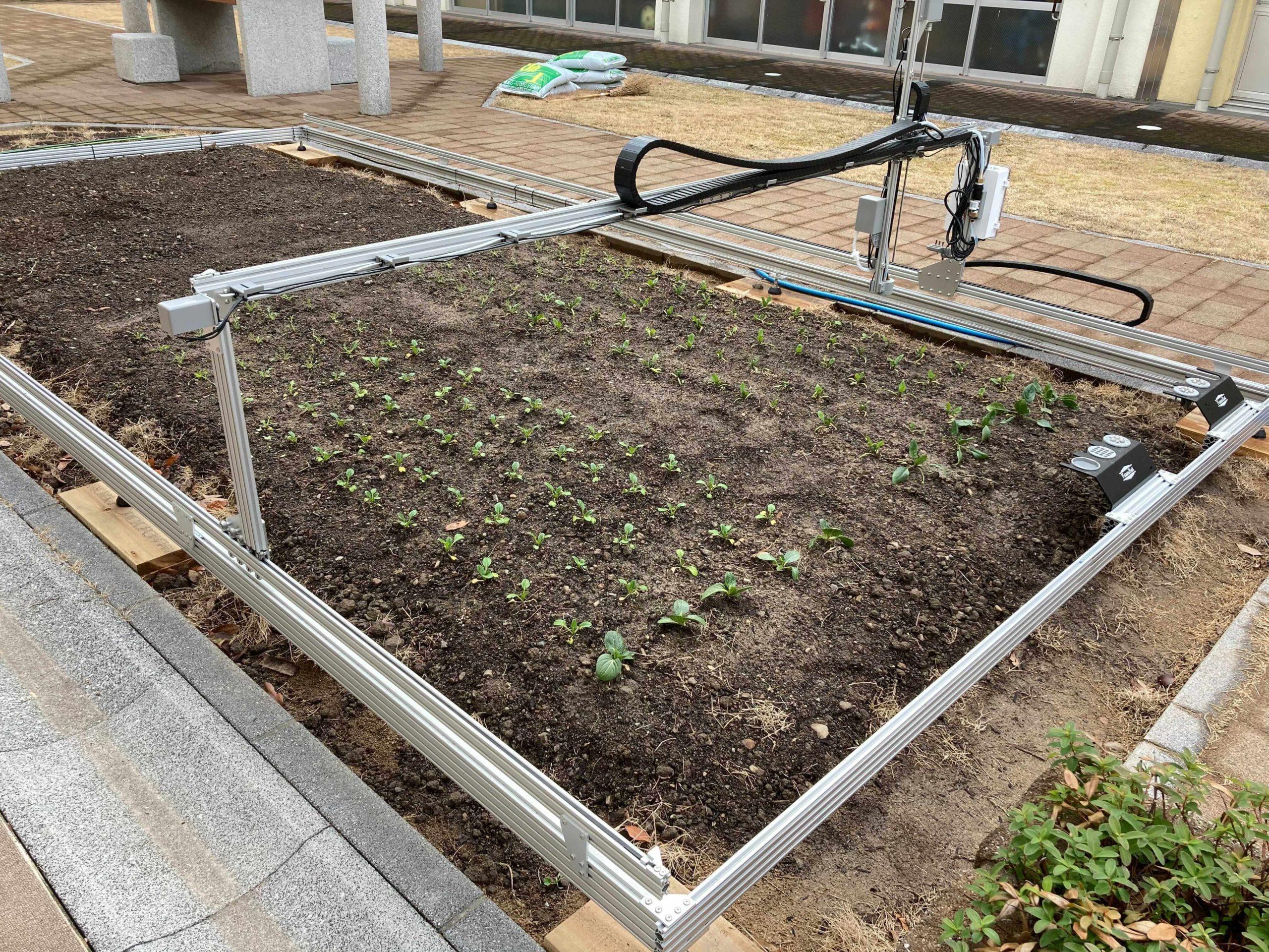 書写養護学校の中庭に設置されたファームボット